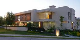 Fachada Principal Casa GL: Casas de estilo moderno por VICTORIA PLASENCIA INTERIORISMO