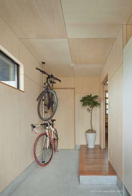 Couloir et hall d'entrée de style  par 松岡健治一級建築士事務所