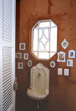 ห้องน้ำ by Célia Orlandi por Ato em Arte