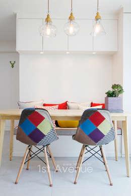Livings de estilo moderno por 퍼스트애비뉴