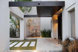 Projekty, nowoczesne Domy zaprojektowane przez JUNOR ARQUITECTOS
