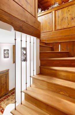 Vestíbulos, pasillos y escaleras de estilo  por Ambra Piccin Architetto