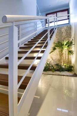 Pasillos y vestíbulos de estilo  por Carlos Ribeiro Dantas Arquitetos Associados
