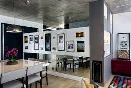 Pasillos y recibidores de estilo  por Adriana Pierantoni Arquitetura & Design