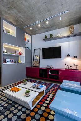 Salas multimedia de estilo moderno por Adriana Pierantoni Arquitetura & Design