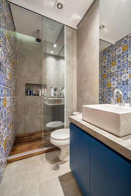 apto cobre/blue: Banheiros modernos por Casa100 Arquitetura