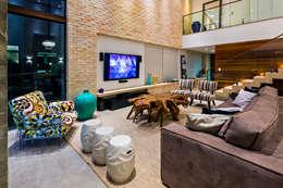 Casa Bali: Salas de estar modernas por IE Arquitetura + Interiores
