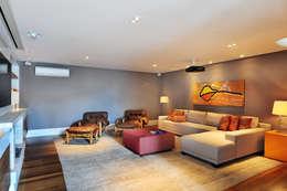Salas multimedia de estilo moderno por BRENO SANTIAGO ARQUITETURA E INTERIORES