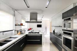 Cocinas de estilo moderno por BRENO SANTIAGO ARQUITETURA E INTERIORES