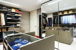 Vestidores y closets de estilo moderno por BRENO SANTIAGO ARQUITETURA E INTERIORES