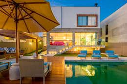 Casa Bali: Piscinas modernas por IE Arquitetura + Interiores