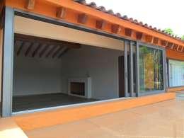 Puertas y ventanas de estilo clásico por Productos Cristalum