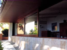 Ventana Corrediza : Salas de estilo clásico por Productos Cristalum