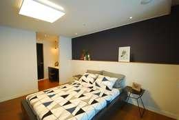 모던함 속 공간마다 다른 색을 가진 신혼집 리모델링 & 홈스타일링: (주)바오미다의  침실