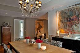 Apartamento em Cascais: Sala de jantar  por Pureza Magalhães Decorações Lda