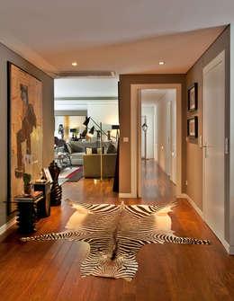 Apartamento em Cascais: Corredores, halls e escadas modernos por Pureza Magalhães Decorações Lda