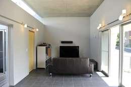 minimalistic Living room by 久安典之建築研究所