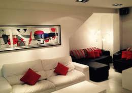 ARQUITECTURA INTERIOR: Salas multimedia de estilo moderno por CubiK