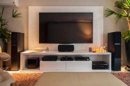 Salas multimedia de estilo minimalista por Deborah Basso Arquitetura&Interiores