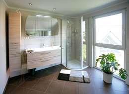 Baños de estilo moderno por Fertighaus Servicebüro Schwarz