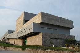 Casas de estilo moderno por Elías Arquitectura