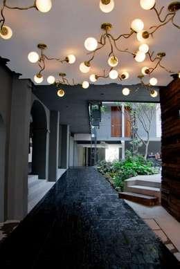 Flor de Mayo Hotel & Restaurant: Pasillos y recibidores de estilo  por Elías Arquitectura