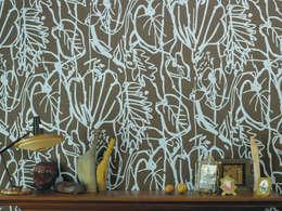 Paredes y pisos de estilo moderno por Jocelyn Warner