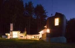 Simon Gill Architects: rustik tarz tarz Evler