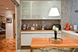 PROJETO APARTAMENTO PINHEIROS CRF : Cozinhas modernas por Ambienta Arquitetura