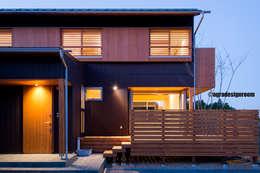 ガルバリウムとピーラー(目の詰んだ米松)に囲まれた和モダンな外観。: アグラ設計室一級建築士事務所 agra design roomが手掛けた家です。