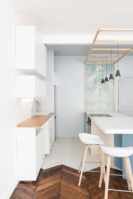 Rénovation d'un appartement parisien: Cuisine de style de style Minimaliste par Atelier Tropique