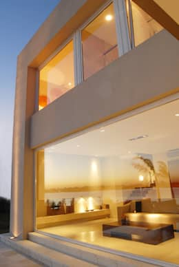Vidrio jumbo desde el living hacia la pileta y la laguna: Ventanas de estilo  por Ramirez Arquitectura