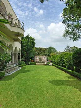 Jardin principal con fuente y jacuzzi: Jardines de estilo clásico por Terra