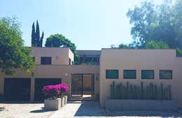 Entrada Principal: Casas de estilo moderno por Terra