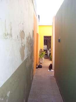 Pasillos y hall de entrada de estilo  por Somos Arquitectura