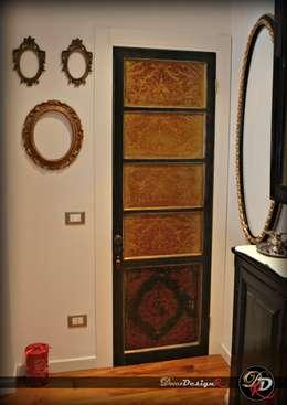Puertas y ventanas de estilo clásico por decordesignr di Annalisa Calì