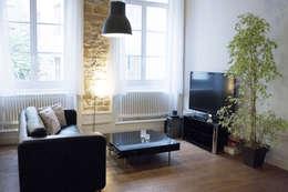 Un salon tout en contraste: Salon de style de style Moderne par Skéa Designer