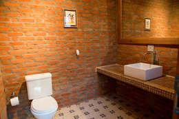 Casa de Campo Cabreúva: Banheiros campestres por Cactus Arquitetura e Urbanismo