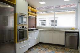 Cocinas de estilo moderno por HAPPY Arquitetura