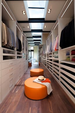 Casas La Punta: Vestidores y closets de estilo minimalista por grupoarquitectura
