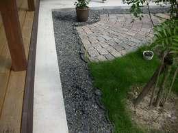 庭 古い瓦を埋め込んで: 小栗建築設計室が手掛けた庭です。