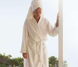 Peignoir de bain en tissu éponge 100% coton: Salle de bain de style de style Moderne par King of Cotton France