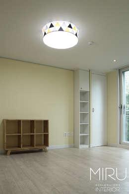 트랜디한 아파트 인테리어(침실,서재방): 미루디자인의  아이방