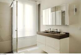 Une salle de bain vaste et lumineuse: Salle de bains de style  par claire Tassinari