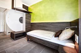 Einzelzimmer: minimalistische Schlafzimmer von Horst Steiner Innenarchitektur