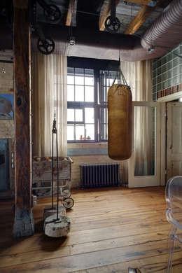 Gimnasios en casa de estilo industrial por Lev Lugovskoy