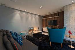 Lucas Lage Arquitetura: modern tarz Multimedya Odası