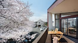 上馬の家: 向山建築設計事務所が手掛けたベランダです。