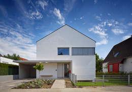 Straßenansicht: moderne Häuser von Marcus Hofbauer Architekt