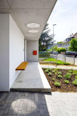 Eingangsbereich mit Sitzbank: moderne Häuser von Marcus Hofbauer Architekt